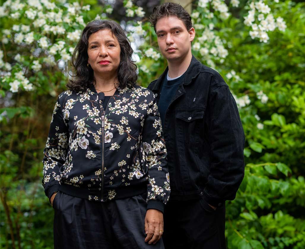 (c) foto: Arnaud Roelofsz - Esther Scheldwacht en haar zoon Moos de Walle dragen deze herdenking voor