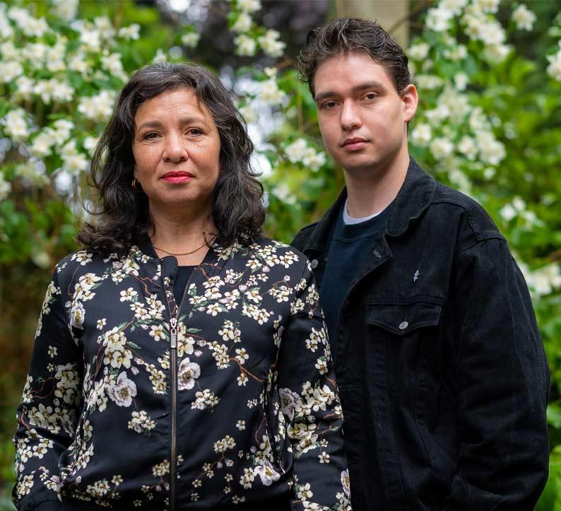 Esther Scheldwacht en haar zoon Moos de Walle dragen deze editie voor in spoken word
